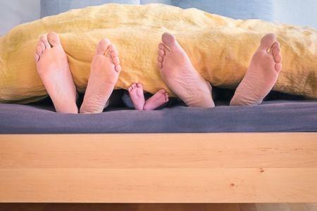 Да ли беба спава са вама у кревету?